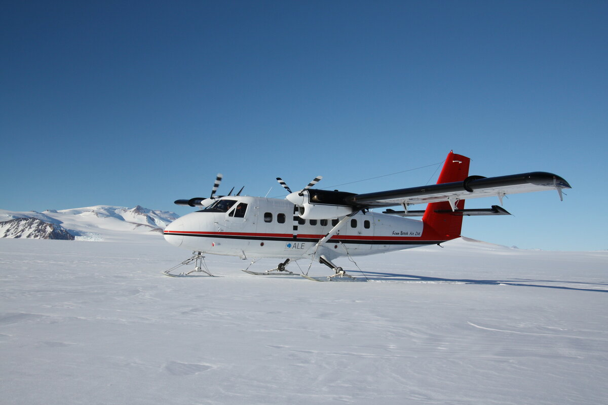 Twin Otter drops team at base of Axel Heiberg Glacier