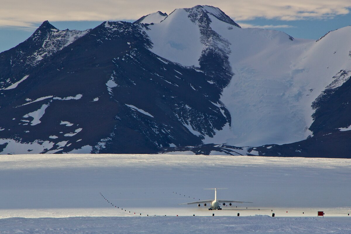 Ilyushin nears the roll off after landing on Union Glacier